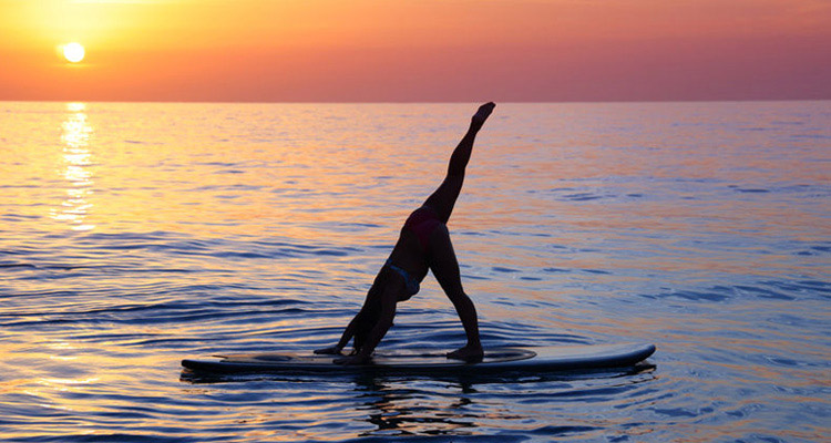 海に沈む夕日と満点の星空の下で